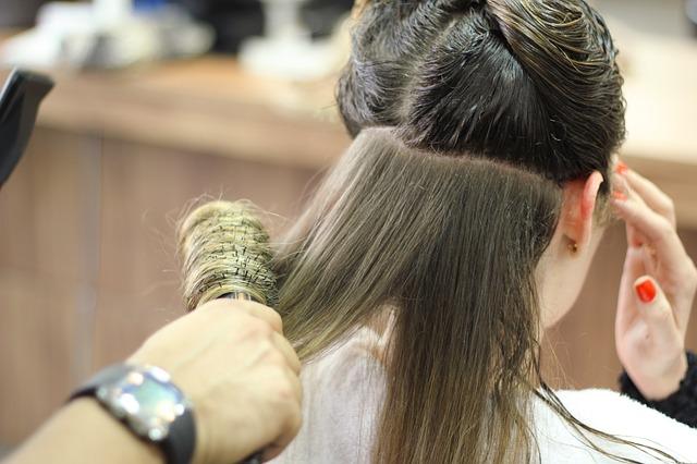 women-in-salon-taking-hair-treartment